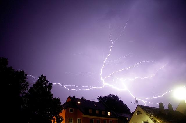 thunderstorm-1097528_640